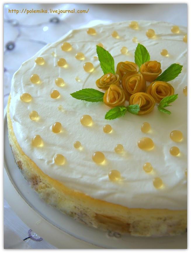 עוגת גבינה על מצע תפוחים מקושטת בפניני דבש ושושנות תפוחים